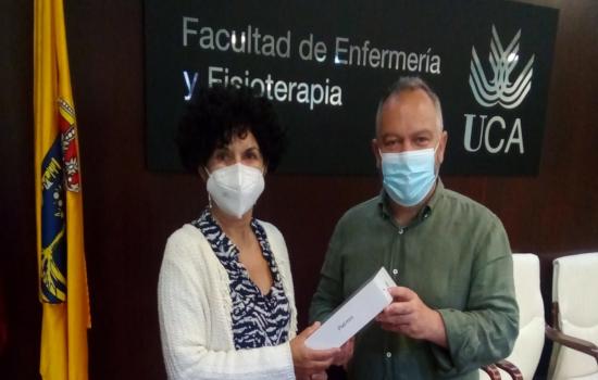 IMG El vicerrector de Cultura, José María Pérez Monguió, hace entrega del premio del Proyecto Opina 2021 del Servicio de ...